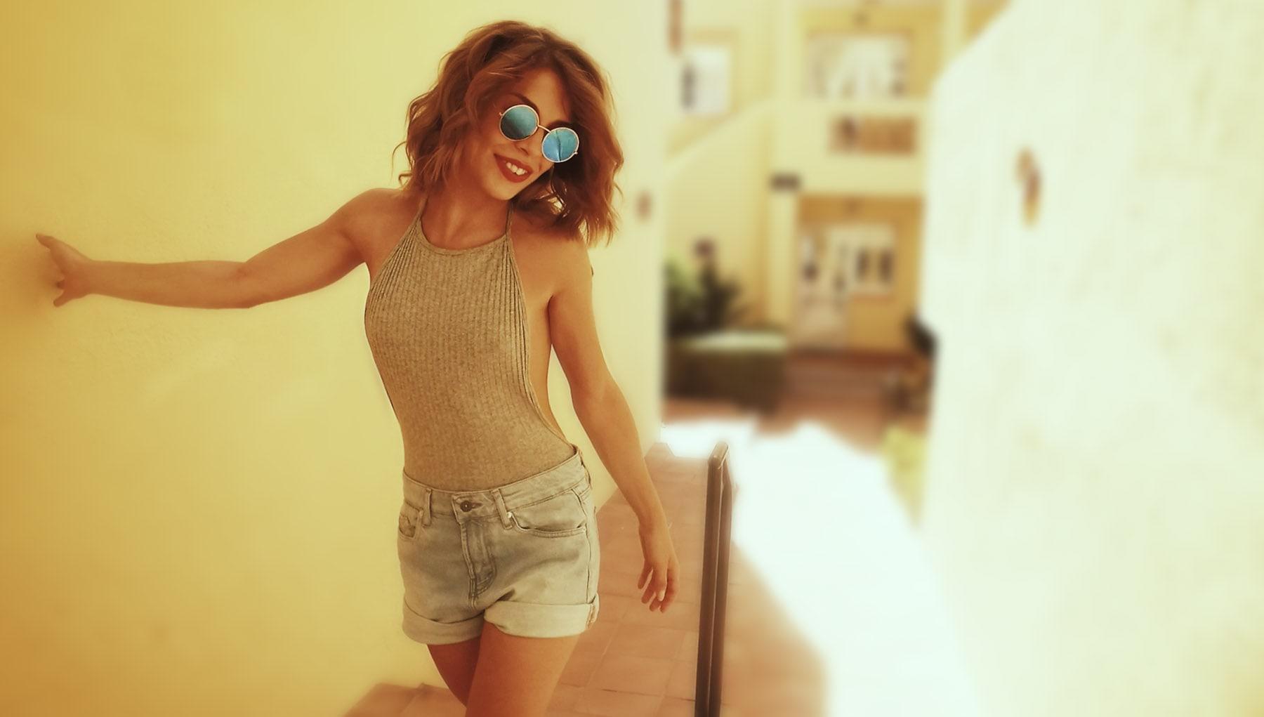 fille lunette soliel ruelle espagne au soleil