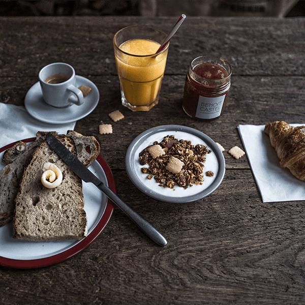 Benois Castel petit déjeuné photo présenté sur une table