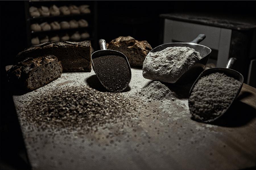 Benois Castel graine de pain et farine présenté sur une table de boulanger