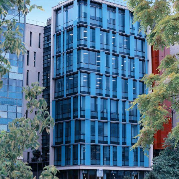 façade de batiment en verre avec ciel bleu